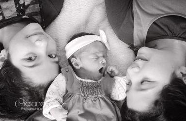 L'arrivée du bébé auprès de ses grandes soeurs