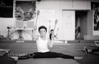 Spectacle de gymnastique pour cette jeune fille