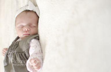 La vraie petite fille pendant la séance naissance