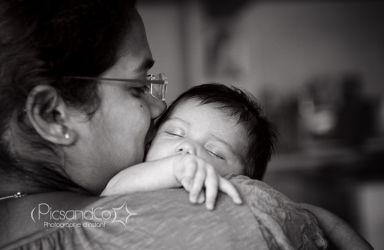 Avoir les calins de maman à chaque instant de la séance photo