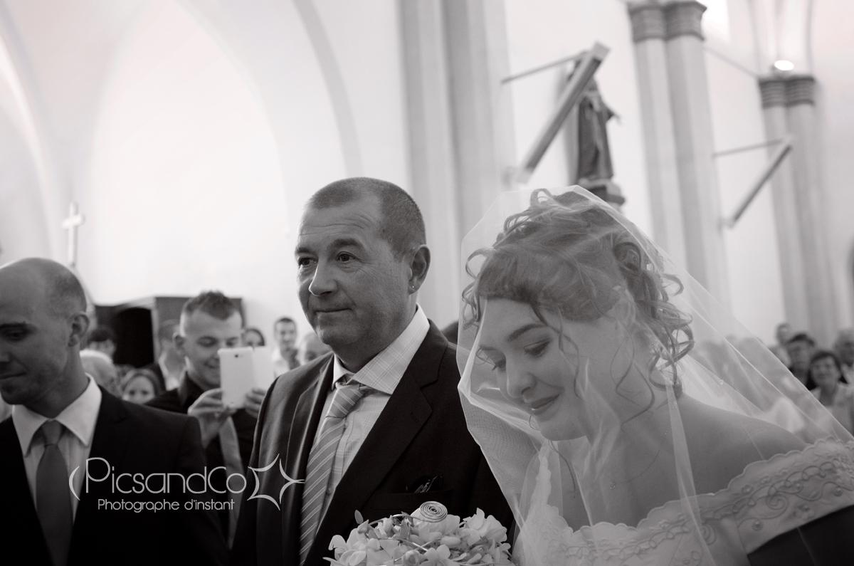 L'entrée de la mariée dans l'église au bras de son papa