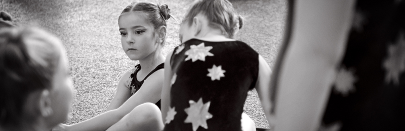 Petite fille au sport concentrée avant la compétition