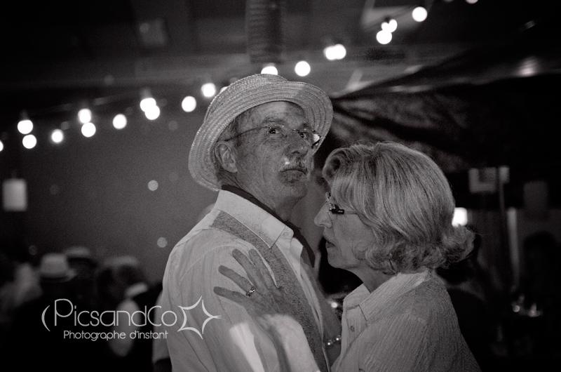 Les couples dansent sur des airs guinguette