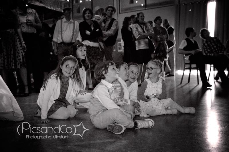 Les enfants attentifs aux surprises des mariés