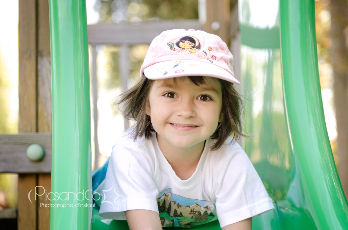 Portrait tout sourire au jardin public
