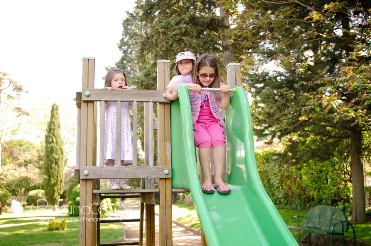 3 filles ensemble pour un bon moment au parc