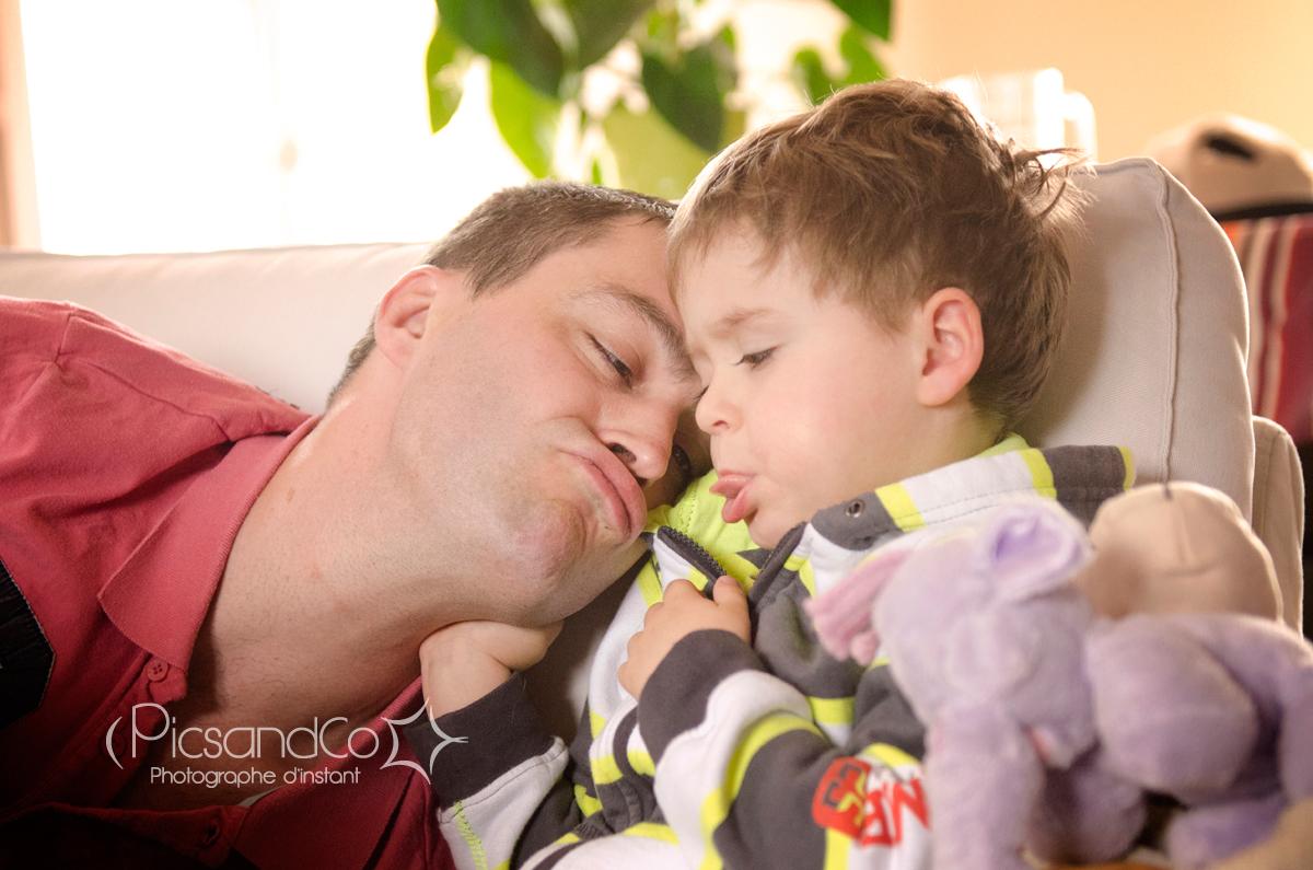 Un papa complice avec son grand garçon