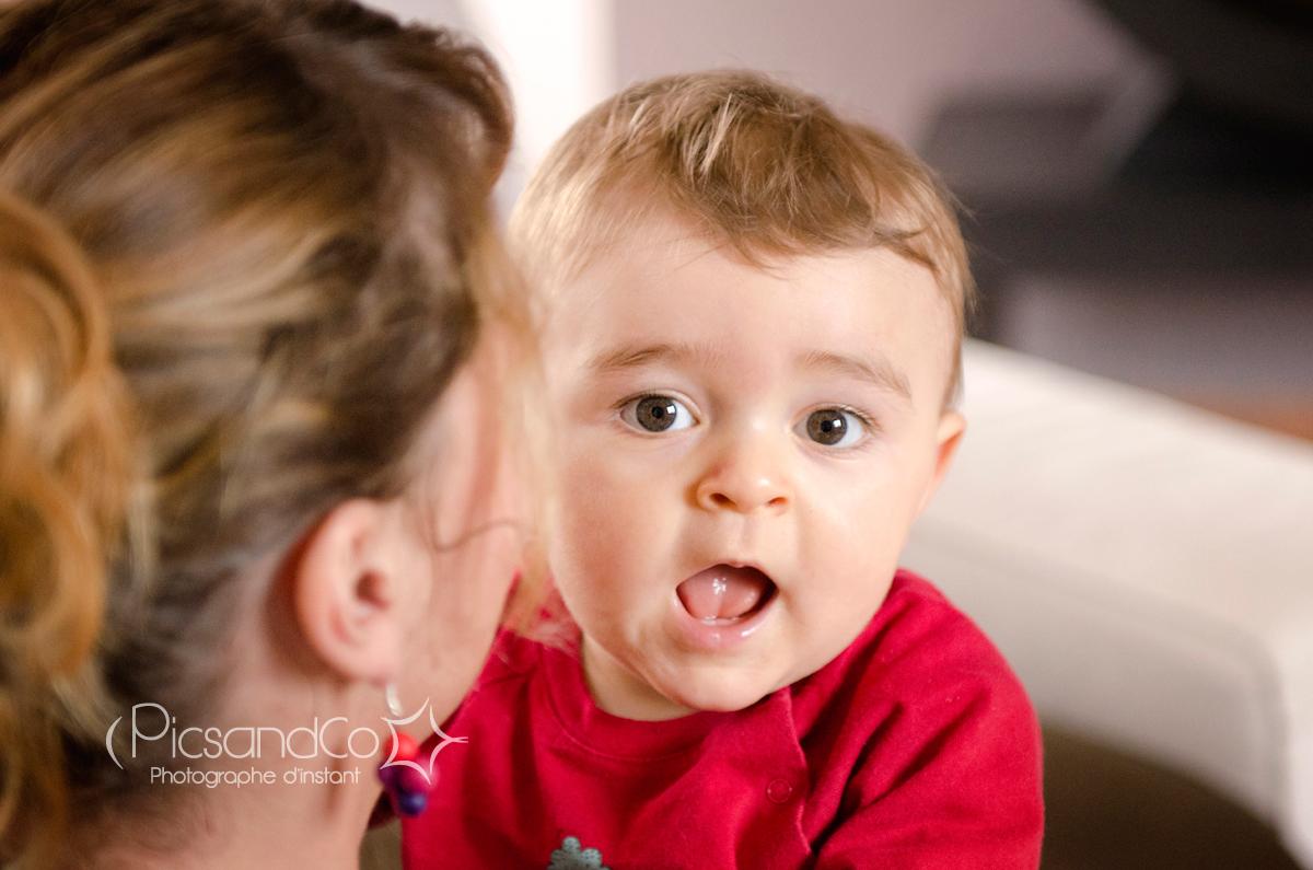Un petit garçon joueur avec sa maman