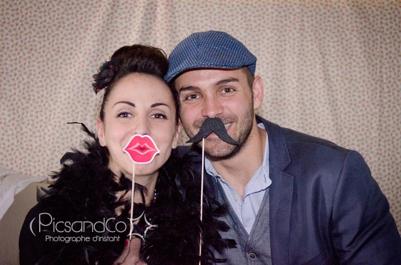 Un couple bien dans le thème pour le photobooth