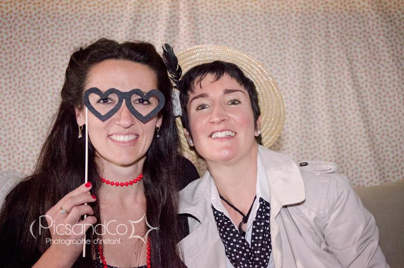Passage obligé au photobooth pour ces deux femmes