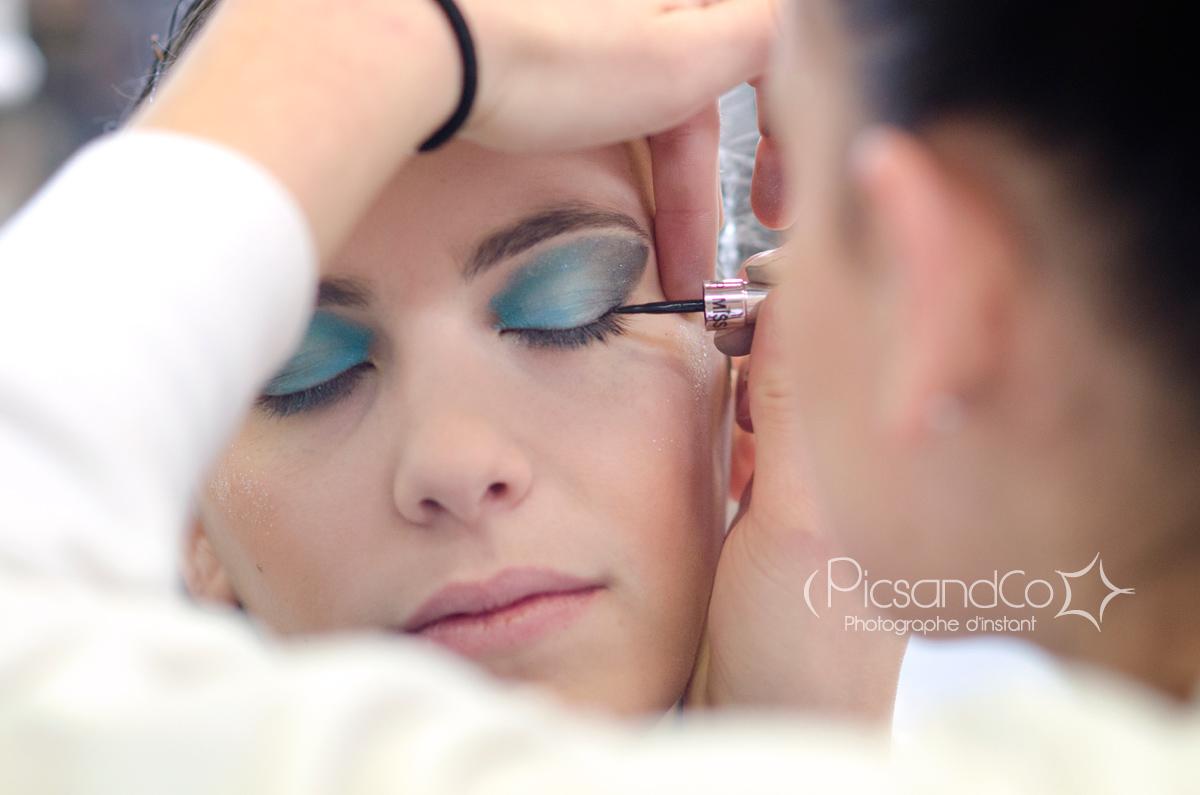 Séance maquillage avant la prestation de twirling bâton