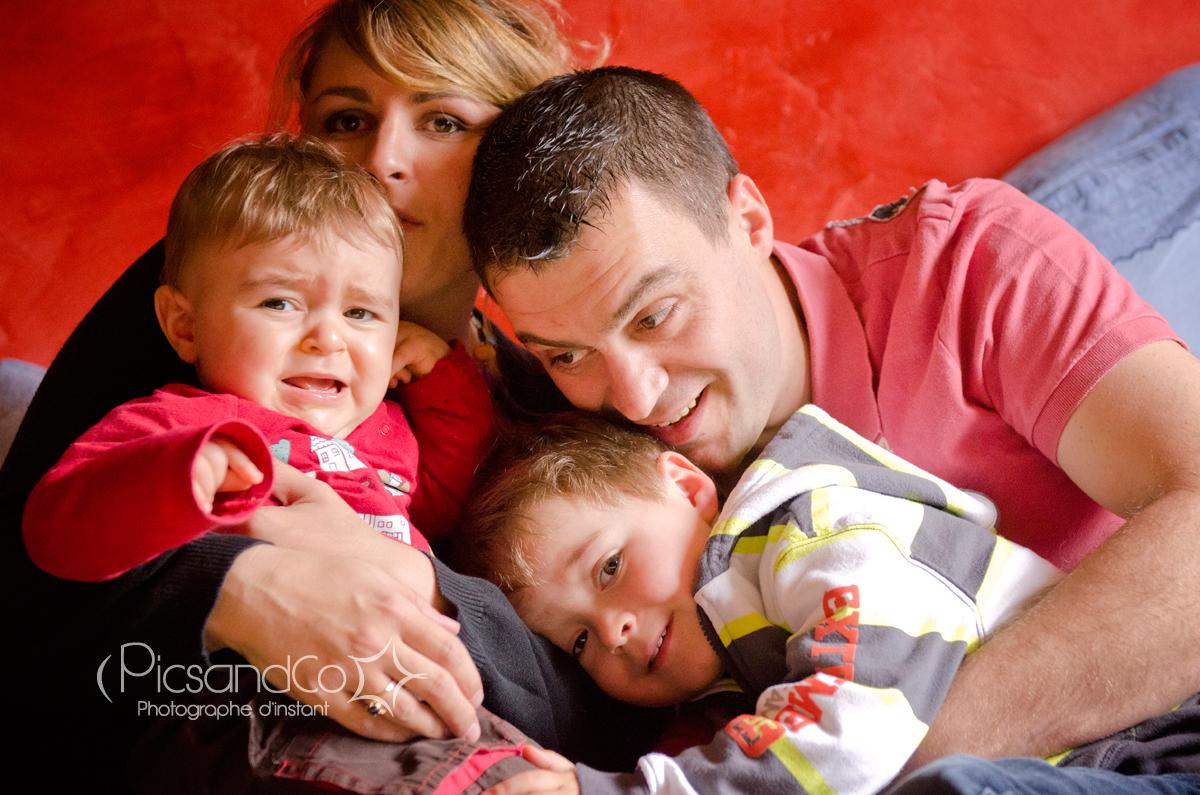 Moment câlin à 4 (ou presque) pour cette jolie famille