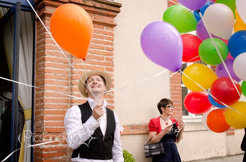 Plein de ballons de couleurs pour la sortie de la mairie