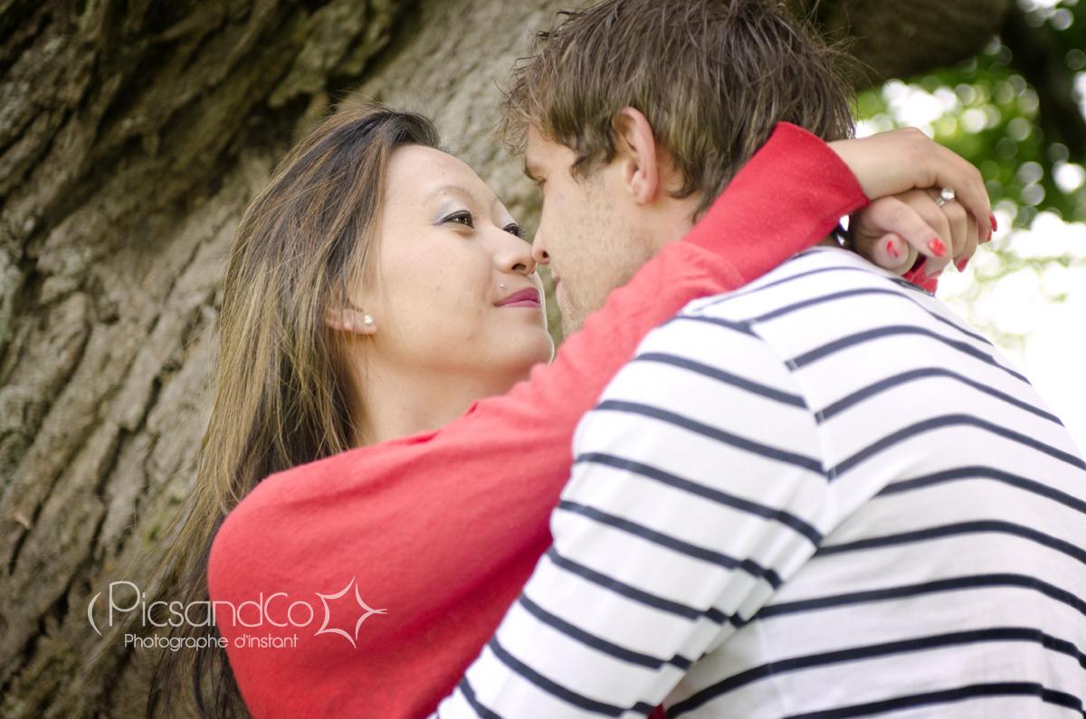 Un couple d'amoureux à la campagne