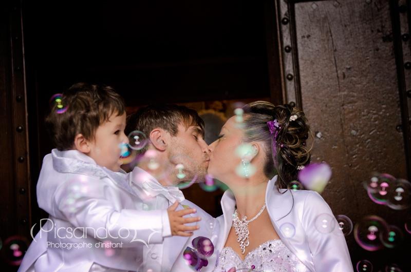 Un bisou plein d'amour au milieu des bulles de savon