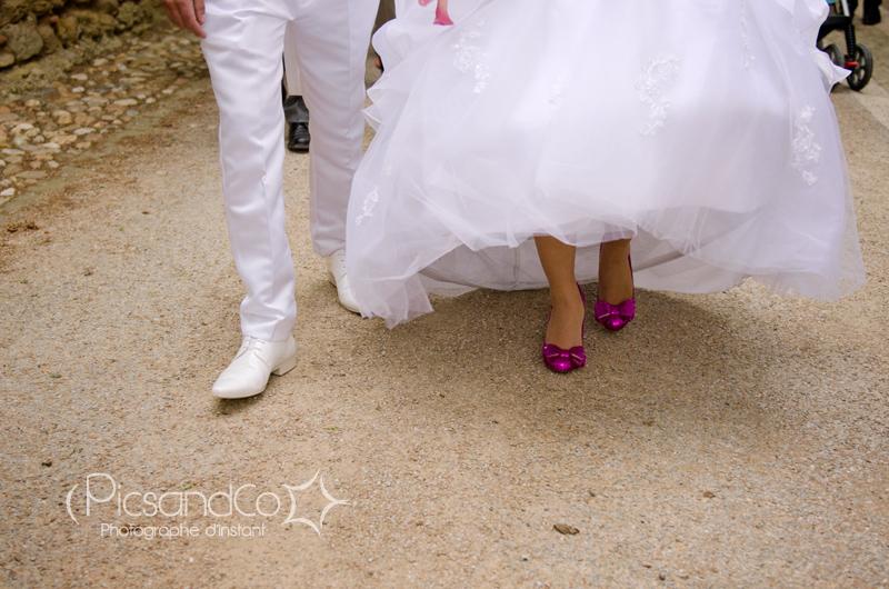 Une mariée en chaussures violettes pailletées