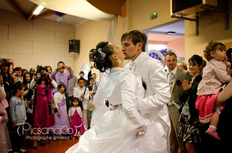Le bisou des mariés à l'arrivée dans la salle