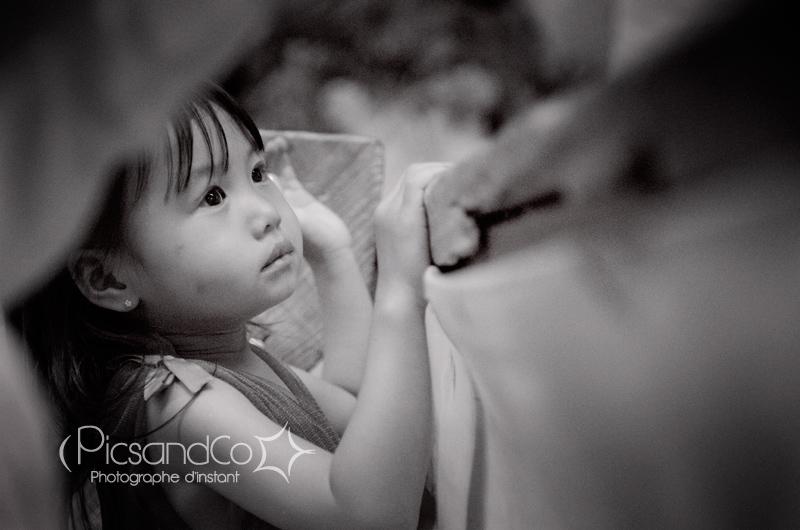 Petite fille en admiration devant la mariée en chanteuse
