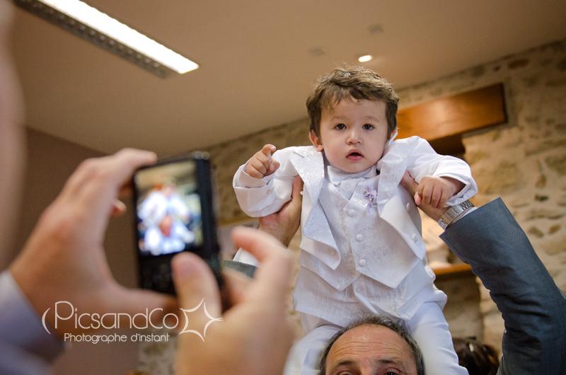 Le beau petit garçon des mariés à la mairie