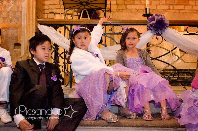Les enfants pendant la cérémonie religieuse du mariage