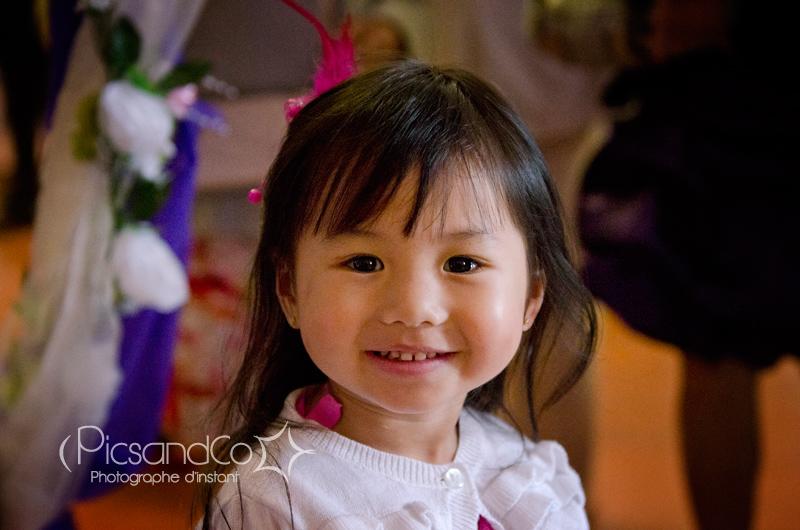 Portrait d'une belle petite fille chipie