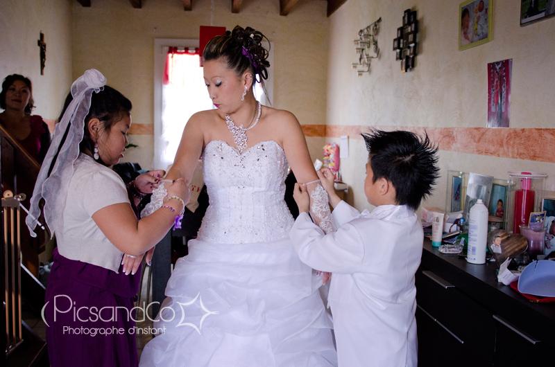 La mariée finit de se préparer avec les enfants