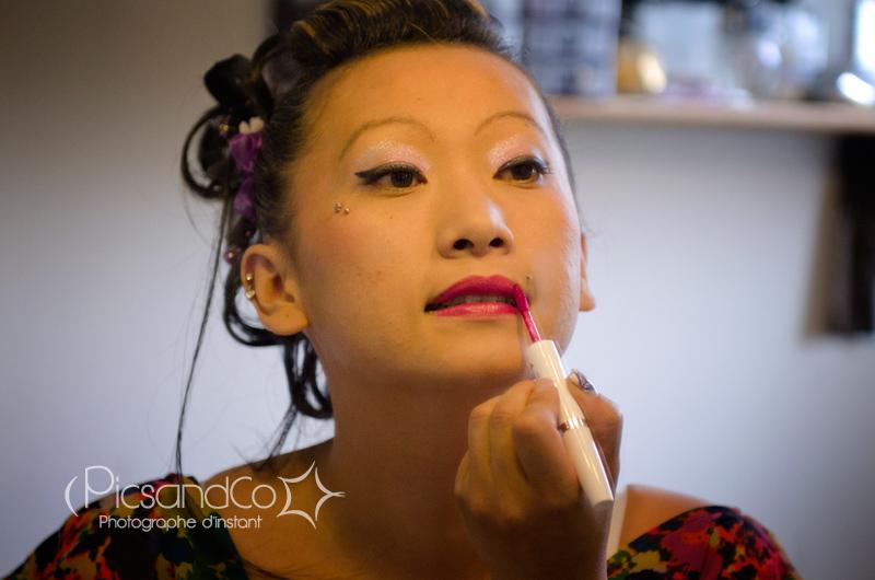 Dernière touche de rouge à lèvre pour la mariée