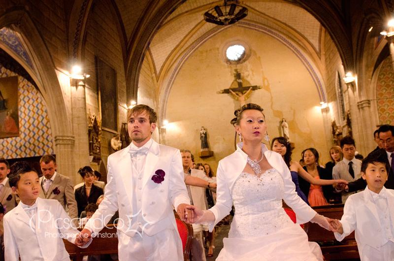 Grande prière pendant la cérémonie religieuse à l'église