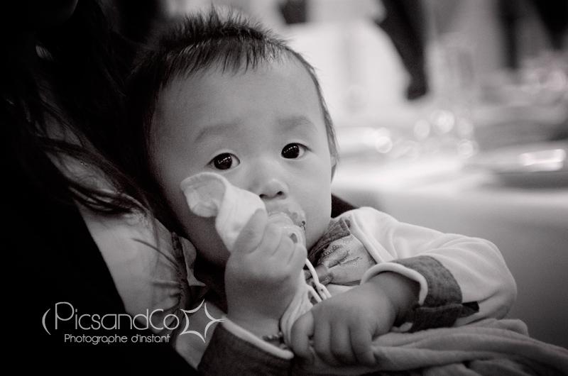 Le repos d'un petit garçon pendant le mariage