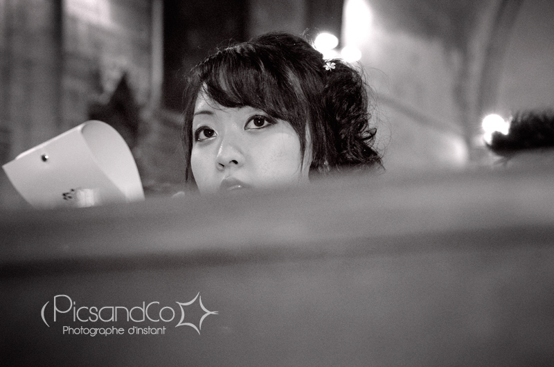 La belle témoin de la mariée pendant l'église
