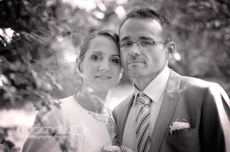 Portrait des nouveaux mariés dans le bosquet près du lac