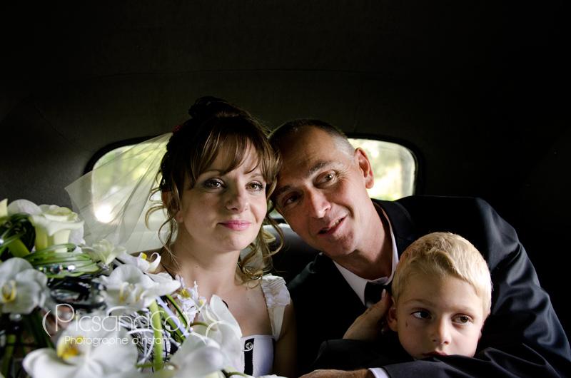 La famille réunit dans la jolie voiture d'époque
