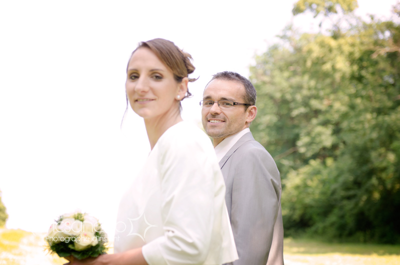 Portrait du mariée pendant les photos autour du lac