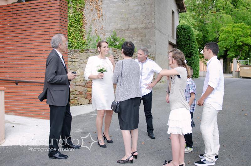 Les invités et la mariée devant la mairie