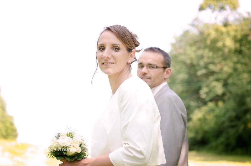 Portrait de la mariée pendant la séance couple