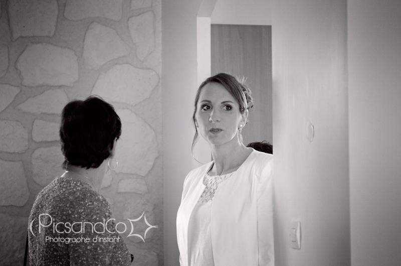 La mariée tout en sobriété avec une petite robe blanche