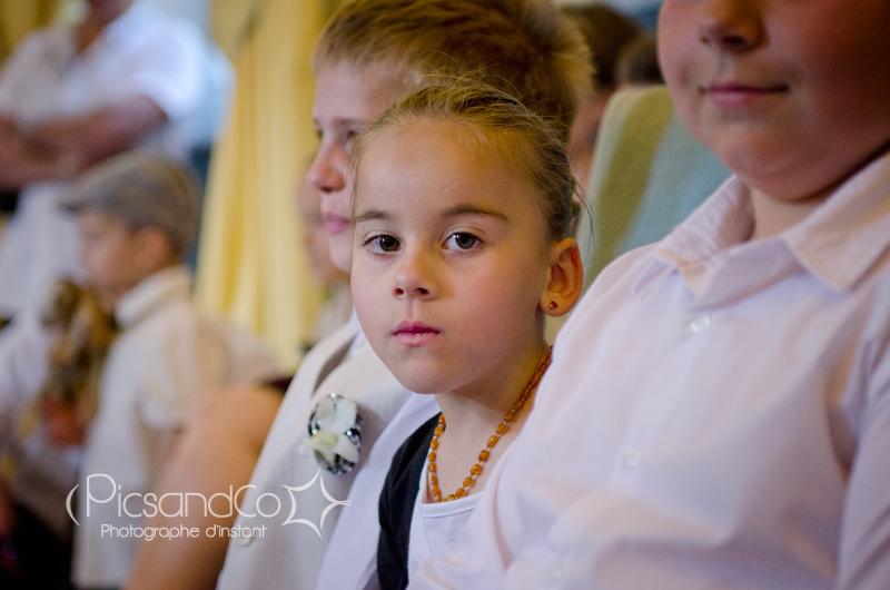 Une petite fille attentive pendant la cérémonie à la mairie