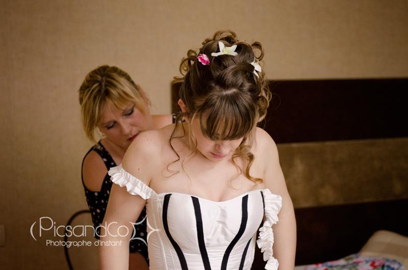 La mariée se prépare à l'hôtel avec sa témoin