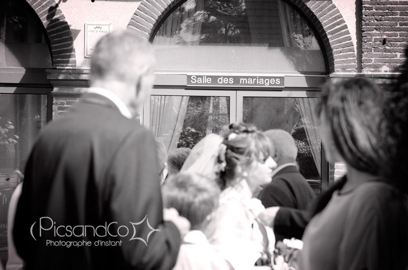 Les mariés devant la salle des mariages de Revel