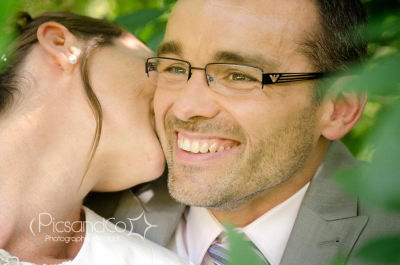 Portrait du marié pendant la séance couple autour du lac