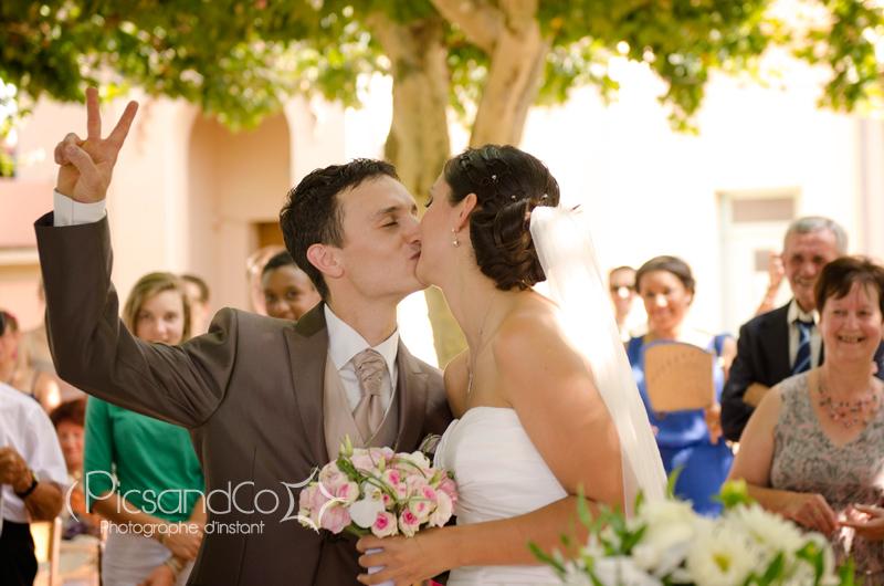 Bisou des mariés à la fin de la cérémonie civile