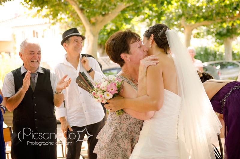 La mariée félicitée par la belle famille