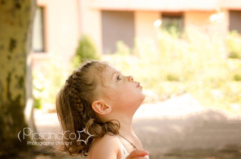 Portrait photo petite fille pendant le mariage