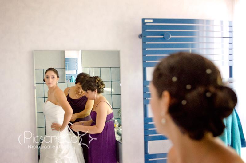 Reportage photo pendant l'habillage de la mariée