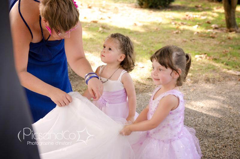 Les petites demoiselles d'honneur tiennent la robe