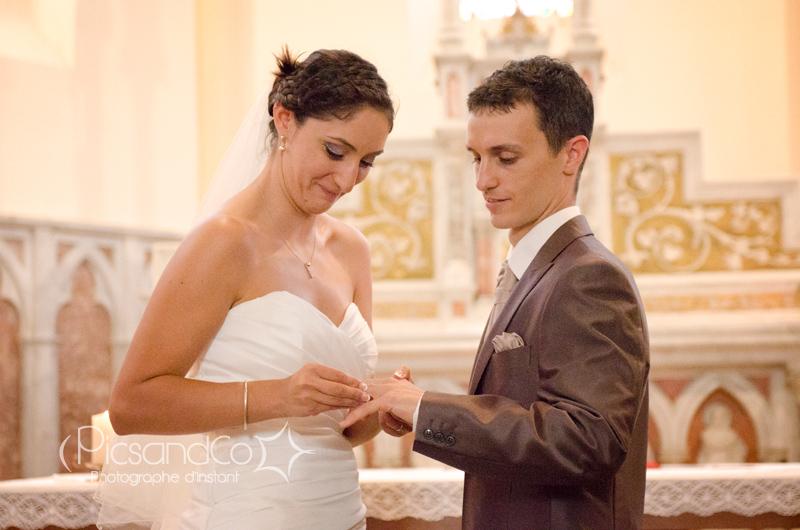 Echange des alliances à l'église pour ces mariés