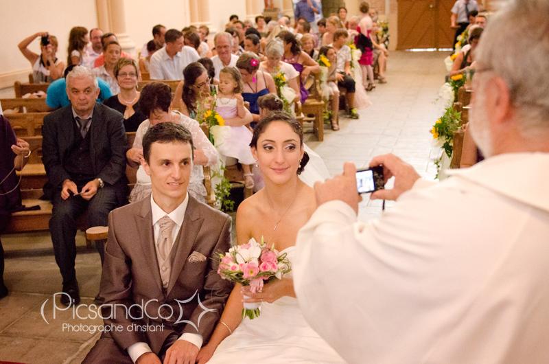 Le prêtre fait sa photo souvenir du Mariage !
