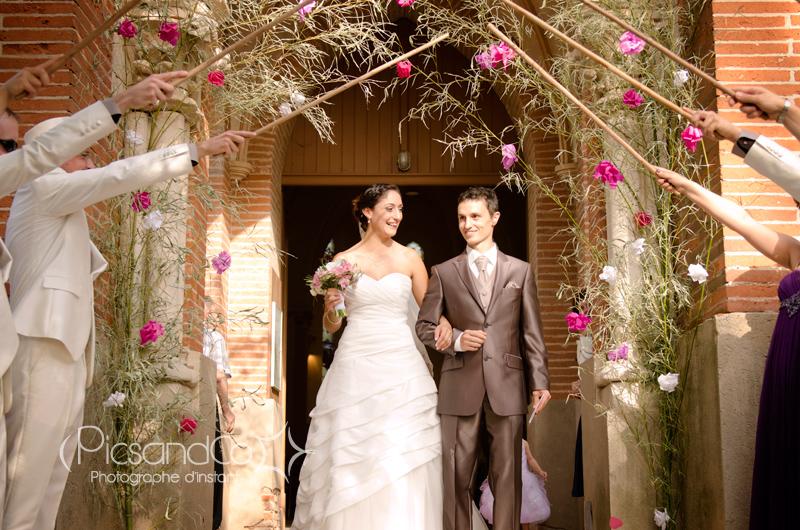 Sortie des mariés après la cérémonie religieuse à l'église