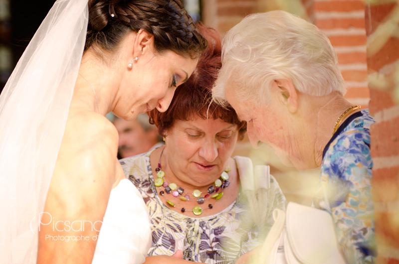 Les mamies ravient de voir la belle alliance de la mariée