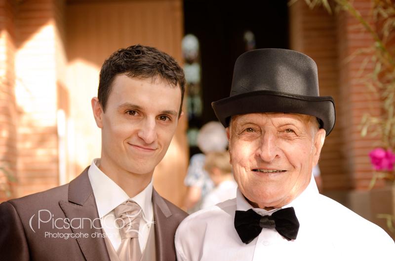 Portrait photo pendant le mariage du marié et son grand-père